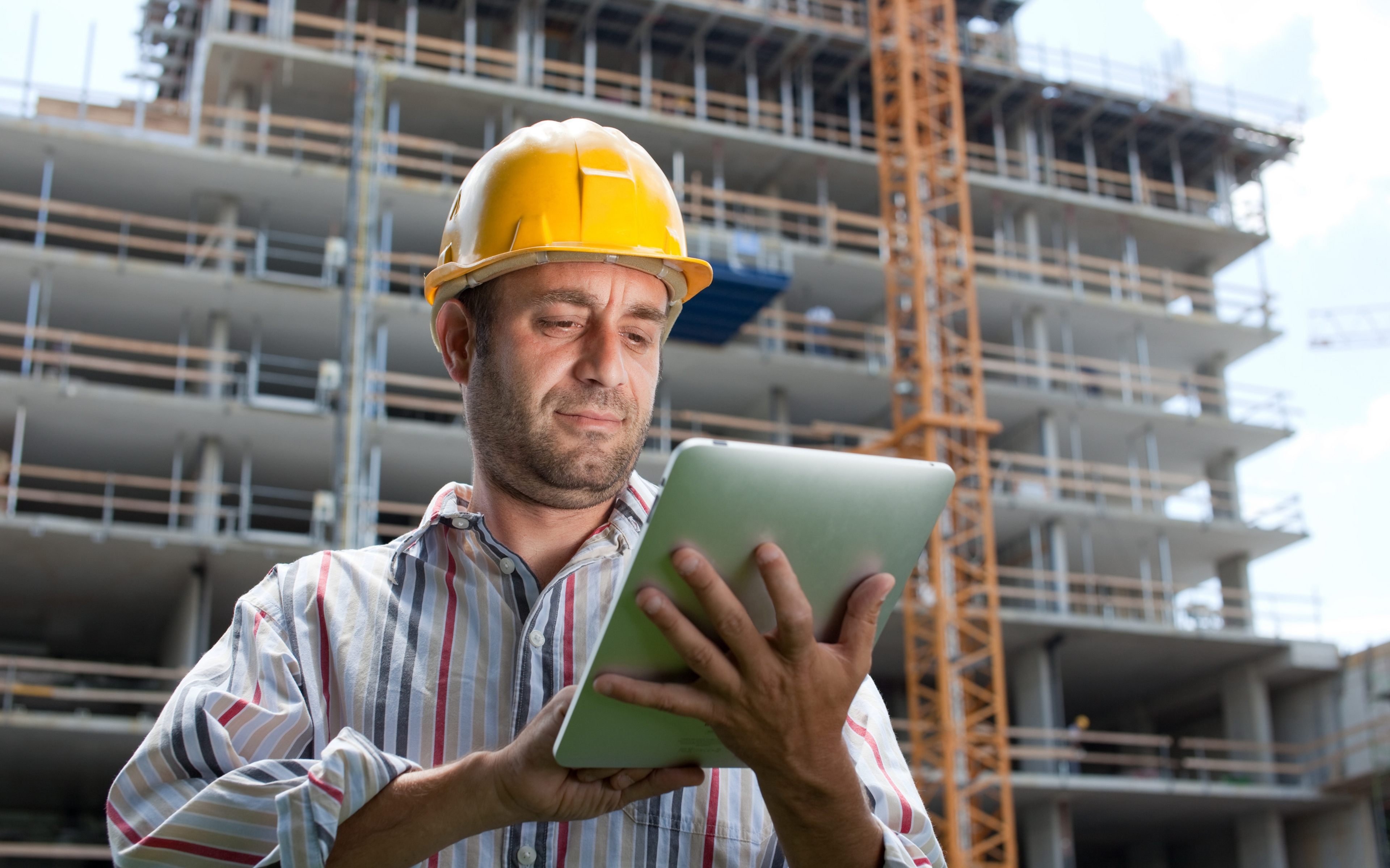 builder_building_helmet_tablet_79895_3840x2400
